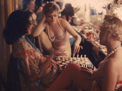 Showgirls Playing Chess Between Shows at Latin Quarter Nightclub Fotografie-Druck von Gordon Parks