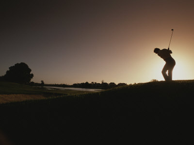 A Man Plays a Game of Golf at Twilight Fotografisk tryk af Tino Soriano