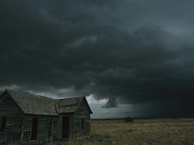 carsten-peter-de-gros-nuages-noirs-annoncent-la-venue-probable-d-une-tornade-pres-d-un-vieux-domaine dans Zone c'eSt chez noUs!