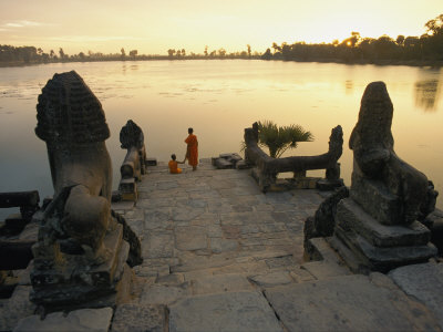 Two Buddhist Monks Sit at the Waters Edge at a Lake Temple in the Angkor Wat Complex Fotografisk tryk