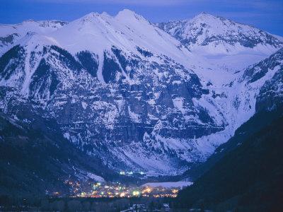 The Cozy Village of Telluride Nestles in a Valley Between High Peaks Fotografisk tryk