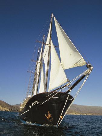 Ship Sailing Through the Galapagos Islands Fotografie-Druck von Steve Winter