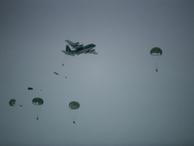 Soldiers Parachute from a Plane During a Training Exercise Photographic Print by Lowell Georgia