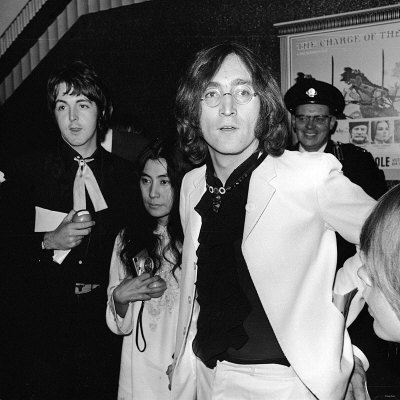 john-lennon-and-yoko-ono-and-paul-mccartney-attending-the-yellow-submarine-premiere-in-london.jpg