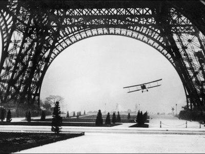Den franske flygaren löjtnant Collot lyckas med sin flygning under Eiffeltornet Fotoprint
