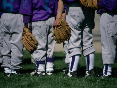 Rear View of a Little League Baseball Team Standing in a Row Lámina fotográfica