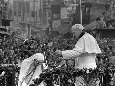Mother Teresa Ascends the Podium to Stand Side by Side with Pope John Paul II Photographic Print