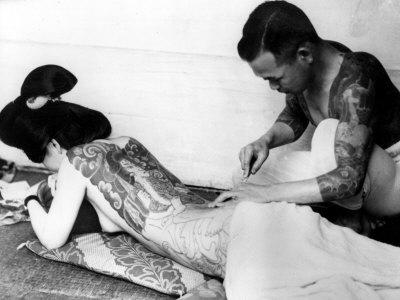 An Unidentified Japanese Tattoo Artist Works on a Woman's Backside Fotografisk tryk