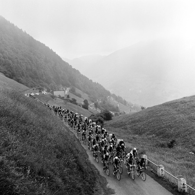 Contestants in the Grueling Tour De France are Seen on Their Way to the Mente Pass Fotografisk tryk