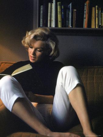 Marilyn Monroe thuis aan het lezen Kunst op metaal van Alfred Eisenstaedt