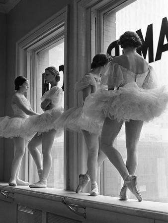 Ballerinas on Window Sill in Rehearsal Room at George Balanchine's School of American Ballet 写真プリント : アルフレッド・アイゼンスタット