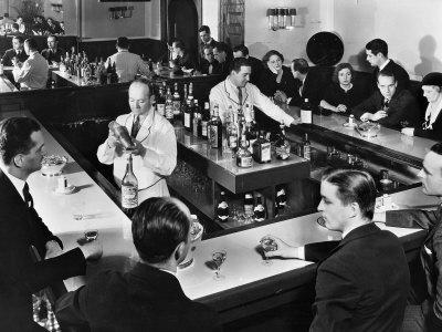 Bartender Prepares a Drink as Patrons Enjoy Themselves at Popular Speakeasy during Prohibition 写真プリント : マーガレット・バーク=ホワイト