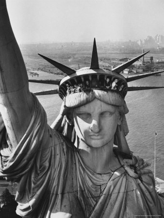 Sightseers Hanging Out Windows in Crown of Statue of Liberty with NJ Shore in the Background 写真プリント : マーガレット・バーク=ホワイト