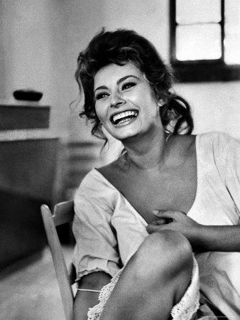 Actress Sophia Loren Laughing While Exchanging Jokes During Lunch Break on a Movie Set プレミアム写真プリント : アルフレッド・アイゼンスタット
