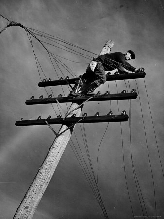 NY Telephone Co. Lineman Wallace Burdick Repairs Telephone Lines Between Valhalla and Brewster 写真プリント : マーガレット・バーク=ホワイト