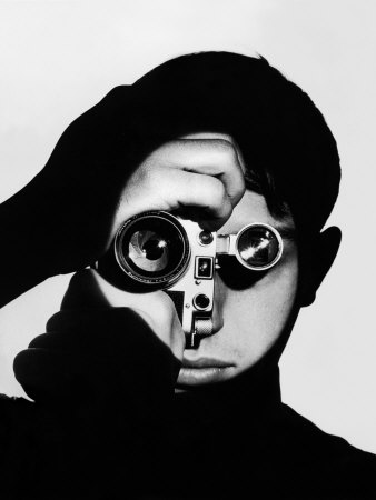 Photographer Dennis Stock Holding Camera to His Face プレミアム写真プリント : アンドレアス・ファイニンガー