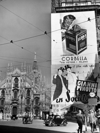 Billboard in the Piazza Del Duomo features Abbott and Costello, Whom Italians Call Cianni E Pinotto Photographie