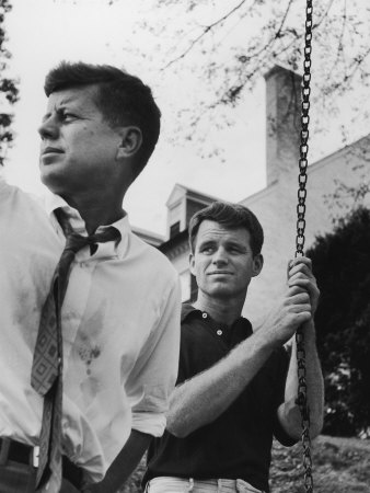 Bobby Kennedy, Chief Counsel of Sen. Comm. on Labor and Management, with Bro, Ma Sen. John Kennedy 写真プリント : パウル・シュッツアー