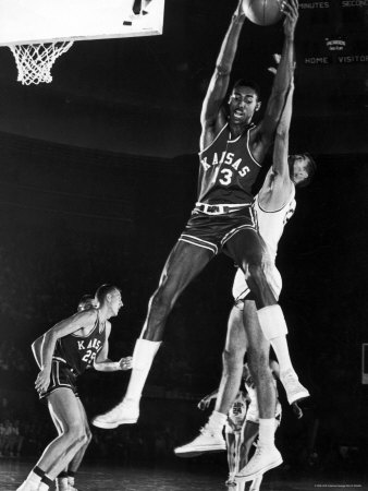 University of Kansas Basketball Star Wilt Chamberlain Playing in a Game Kunst på metal af George Silk