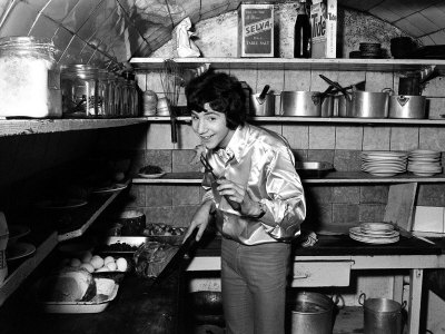 Cat Stevens Composer and Singer Cooking in the Kitchen, February 1967 Fotografiskt tryck