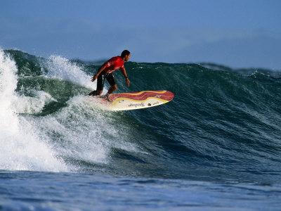 Surfer on Wave at Manu Bay, Raglan, New Zealand Fotografisk tryk af Paul Kennedy