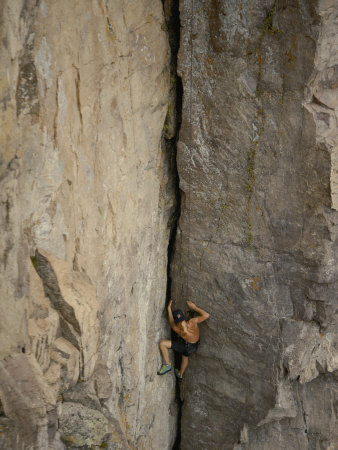 A Shirtless Rock Climber Scales an Almost Vertical Cliff Face on the North Shore of Lake Superior Fotografisk tryk