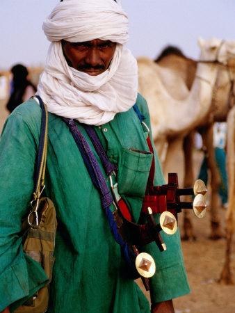 Tuareg Sword Salesman at Camel Market, Agadez, Niger Fotografisk tryk af Pershouse Craig