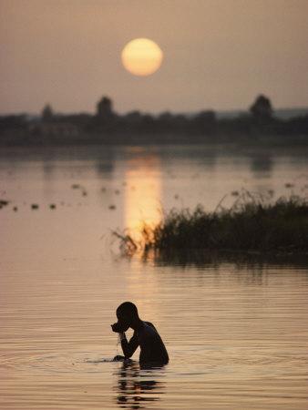 Person Bathing in the Niger River Fotografisk tryk af Steve Raymer