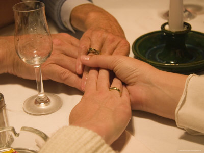 A Family Holds Hands at a Restaurant Photographie