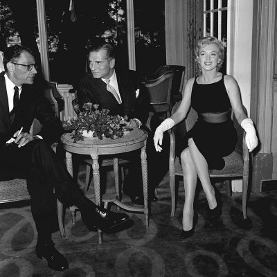 Marilyn Monroe with Husband Arthur Miller and Laurence Olivier, July 1956 Fotografie-Druck