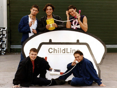 Take That Popgroup with Holding Telephones Supporting Childline Fotografie-Druck