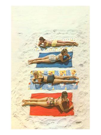 Four Girls on Beach Towels Lámina