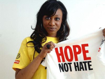 La cantante Beverley Knight indossa una t-shirt della campagna contro il razzismo del Daily Mirror speranza non odio