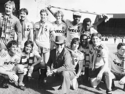 Elton John Superstar and Watford Fc Pose After Their Match Against Liverpool Fotografisk tryk