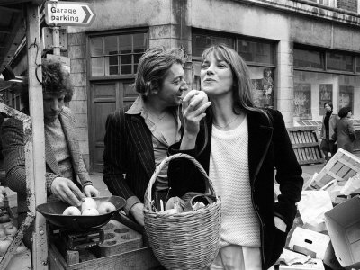 Jane Birkin and Serge Gainsbourg Arrived in London and Went Shopping in Berwick Street Market Impressão fotográfica