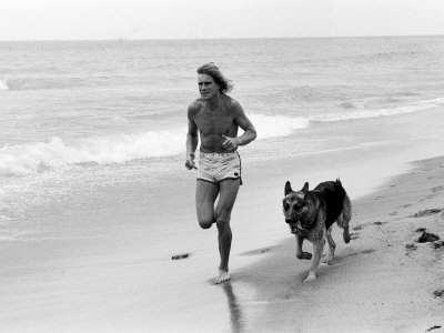 james-hunt-jogging-on-beach-with-dog-in-marbella-1979.jpg