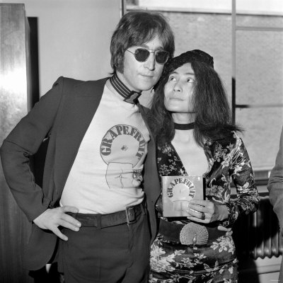http://cache2.allpostersimages.com/p/LRG/30/3011/3Q7BF00Z/posters/yoko-ono-launches-new-book-john-lennon-signing-copies-of-grapefruit-at-selfridges-july-1971.jpg