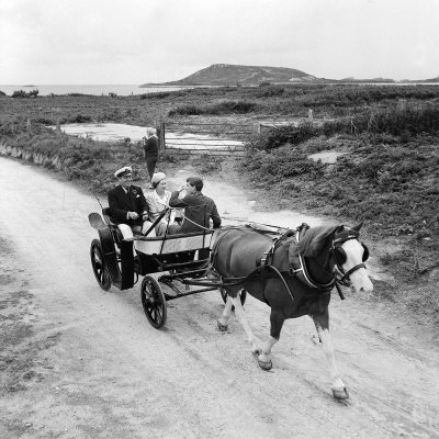Queen Elizabeth and Prince Charles Touring the Scilly Isles 1967 in a Horse Drawn Cart Fotografisk tryk