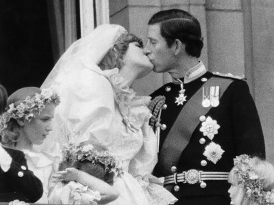 Prince Charles and His New Bride Diana Kiss on the Balcony of Buckingham Palace Fotografisk tryk