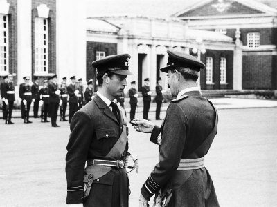 Prince Charles Receiving Pilots Wings from Air Chief Marshal Sir Denis Spotswood Fotografisk tryk