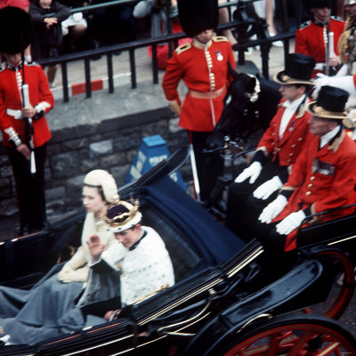 The Queen and Prince of Wales Drive Through Caernarvon After Investiture July 1969 Fotografisk tryk