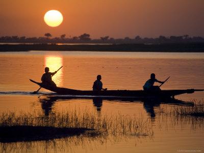 Young Boys Paddling on the Niger River in Segoukoro Fotografisk tryk af Matthew Schoenfelder
