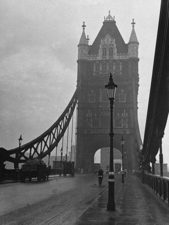 Light Traffic across Tower Bridge on an Overcast Day Lámina fotográfica