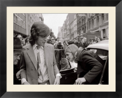 Mick Jagger and Girlfriend Marianne Faithfull at Marlborough St Court on Drug Charges, January 1970 Inramat konsttryck
