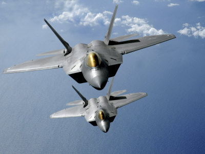 Two F-22 Raptors Fly over the Pacific Ocean Lámina fotográfica