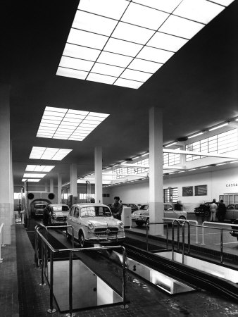 Inside of a Fiat Factory in Bologna, the Cars are Being Assembled by the Workers Photographie