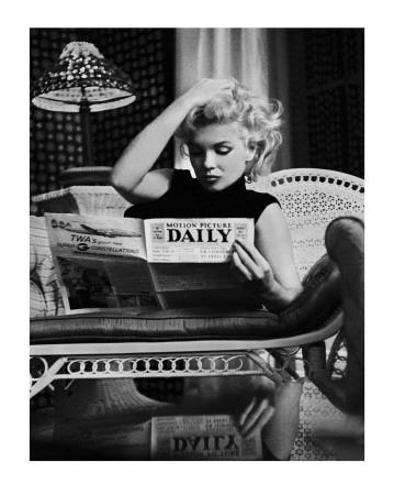Marilyn Monroe si čte noviny Motion Picture Daily, New York, c. 1955 Umělecká reprodukce