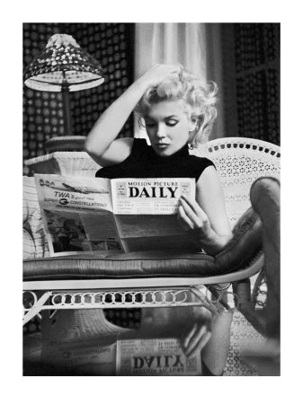 Marilyn Monroe læser Motion Picture Daily, New York, ca.1955 Poster Print