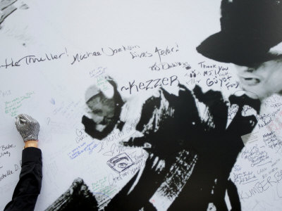Fans Sign Tribute Wall to Michael Jackson outside the Staples Center, Los Angeles, July 7, 2009 Photographic Print