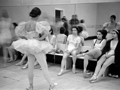 Members of the School of American Ballet Resting During Rehearsals Reproduction photographique sur papier de qualité